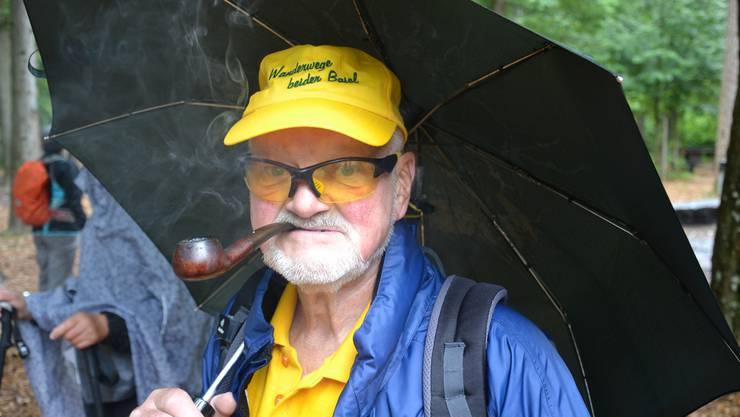 Wanderleiter Chutz Leuenberger führte die Leserwanderer von Basel nach Reinach – mit Pfeife im Mund.