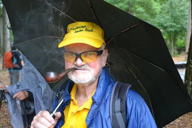 Wanderleiter Chutz Leuenberger führte die Leserwanderer gestern von Basel nach Riehen – mit Pfeife im Mund.