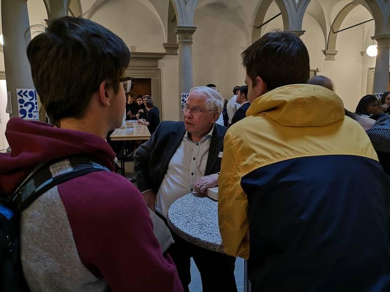 Diskussionen zwischen Generationen im Rahmen der Jugendsession im Luzerner Regierungsgebäude.