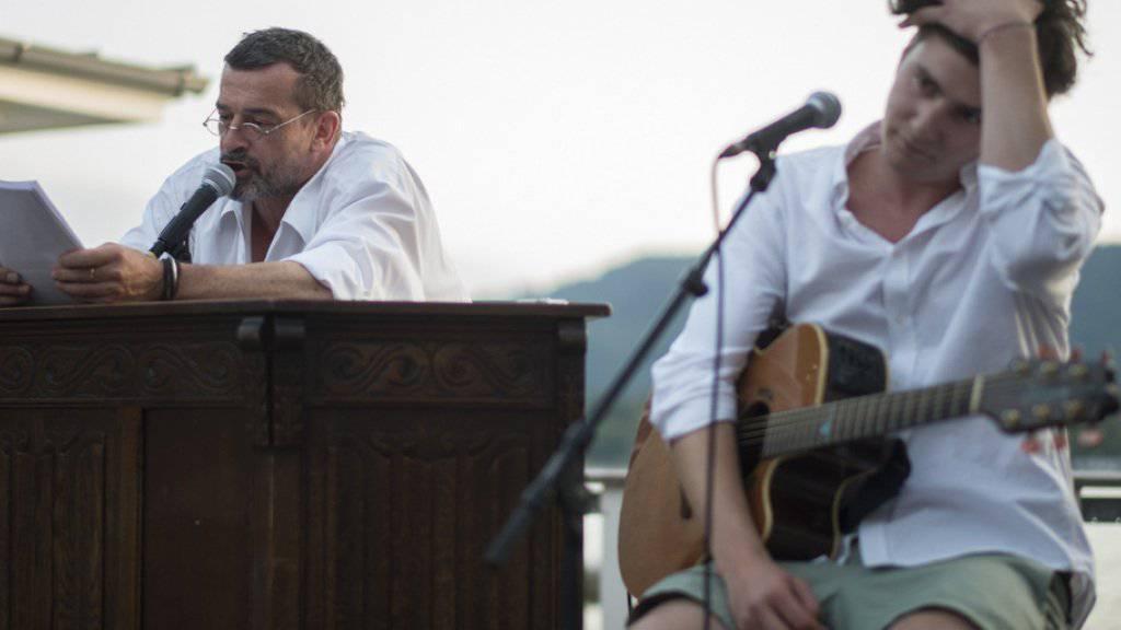 Thomas Sarbacher (links) ist ein begnadeter Erzähler. Im Herbst 2016 liest er auch am Theater an der Winkelwiese (Archiv)