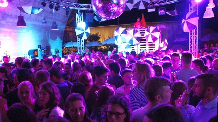 Der DJ macht «Nachtschicht», «Black vs. White» heisst es unter diesem Brückenbogen.