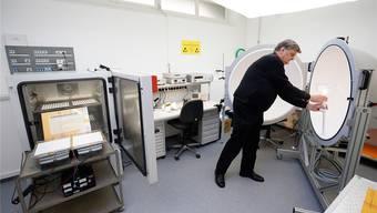 Beat Koller, Leiter des Regent-Labors, an der sogenannten Ulbricht-Kugel, mit der gemessen wird, wie viel Licht ein LED-Modul abgibt.
