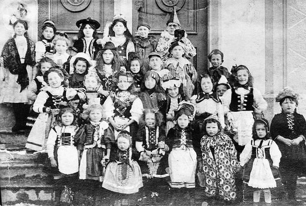 Beim jüdischen Purim-Fest (eine Aufnahme aus Endingen von 1907) dürfen die Kinder Lärm machen.