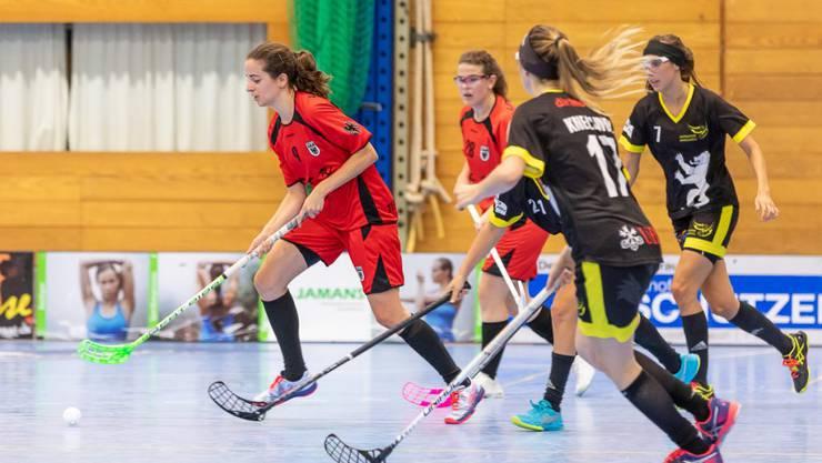 Deborah Wagner (am Ball) schiesst das 10:5 für das Team Aarau gegen Trimbach.