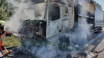 Der Führerstand des Sattelschleppers brannte komplett aus. Verletzt wurde niemand.