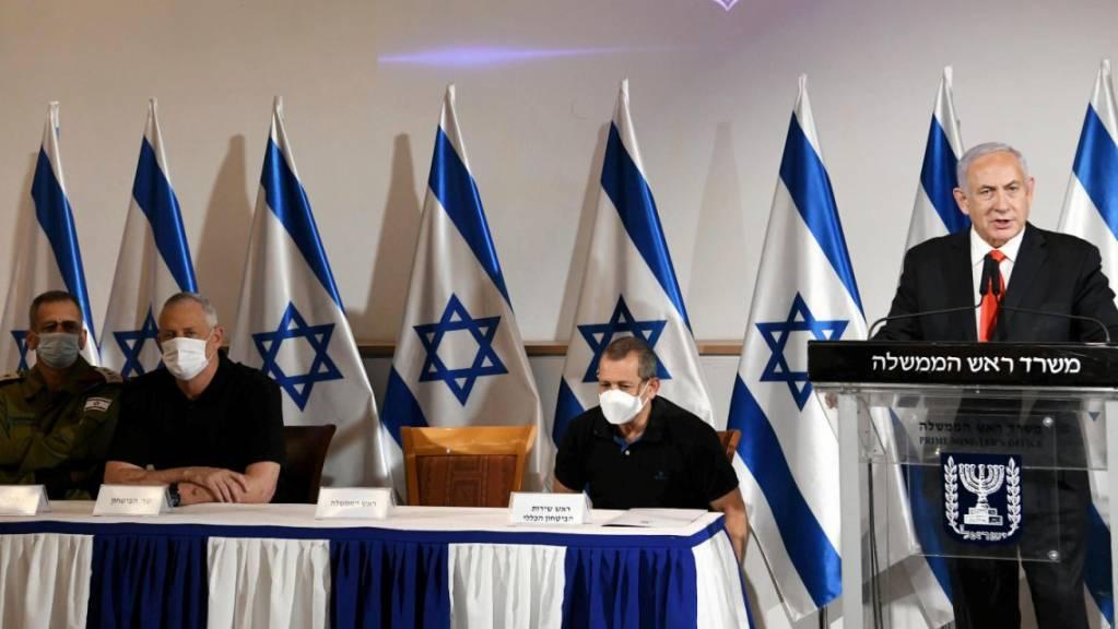 Benjamin Netanjahu (rechts), Premierminister von Israel, gibt neben Nadav Argaman, dem Leiter der israelischen Sicherheitsbehörde, Verteidigungsminister Benny Gantz und IDF-Stabschef Aviv Kochavi eine Erklärung ab.