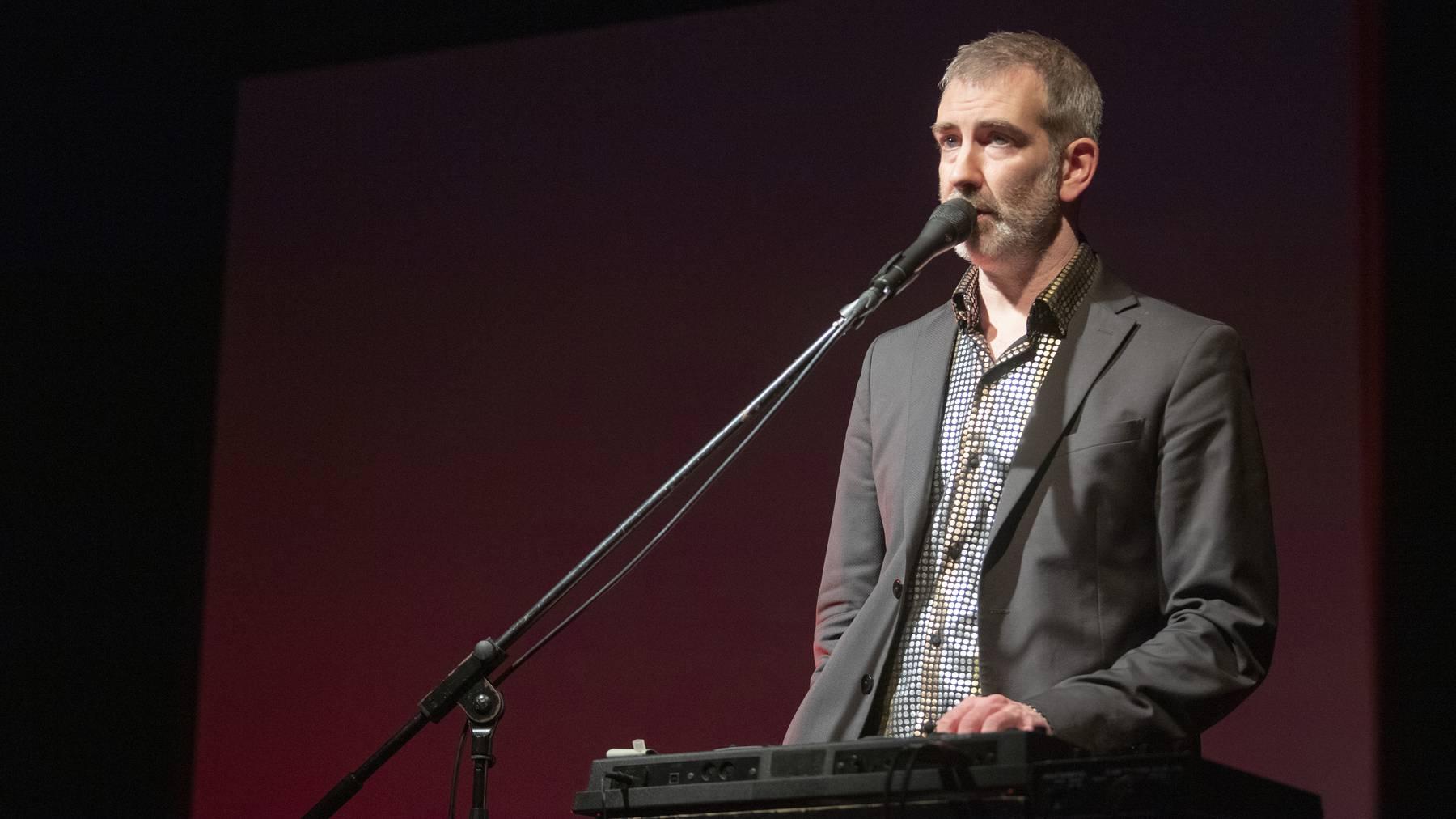 Musiker und Kabarettist Manuel Stahlberger tritt im Rahmen des Neustartfestivals am Samstagabend im Völkerkundemuseum auf.