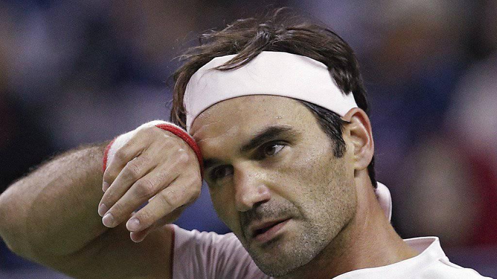 Roger Federer putzt sich den Schweiss von der Stirn