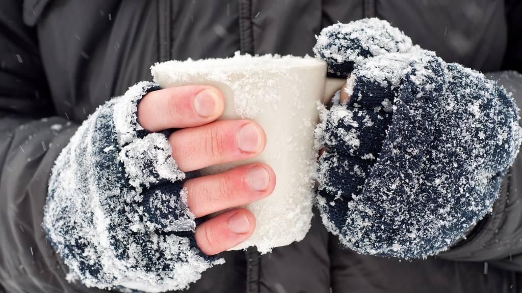 Ein Brite war stark alkoholisiert und sass im Schnee, bis ihn die Polizei fand. (Symbolbild)