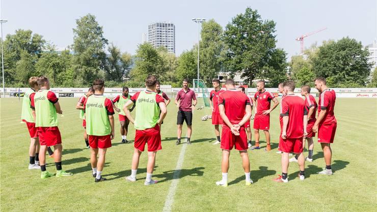 Der Trainer und seine Desperados: Goran Ivelj (Mitte) instruiert die arbeitslosen Fussballer, die sich in Dietikon versammelt haben.