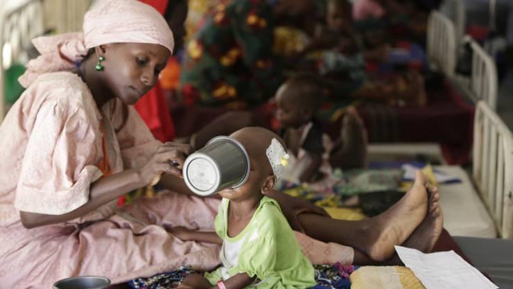 Hungerleiden in Nigeria: Mutter mit Kind. (Symbolbild)