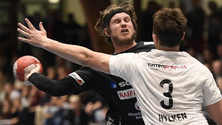 Baden, 16.05.2018, Sport, Handball, NLB Playoff-Final 2018. 2. Spiel. STV Baden - RTV Basel. Philipp Seitle (links, Baden) findet keinen Weg um Dick Hylken (rechts, Basel). Copyright by: Alexander Wagner stv-rtv, 16.05.2018