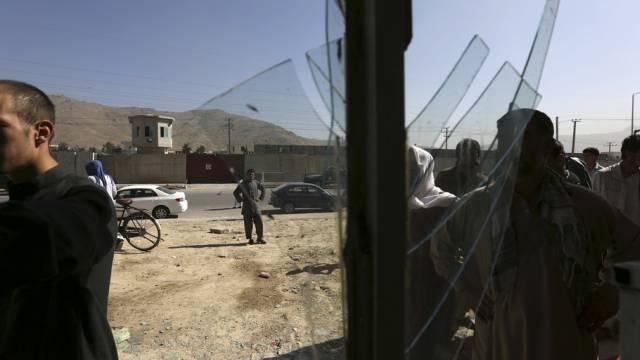 Nach dem Anschlag in Kabul: Zerstörte Fenster eines Ladens