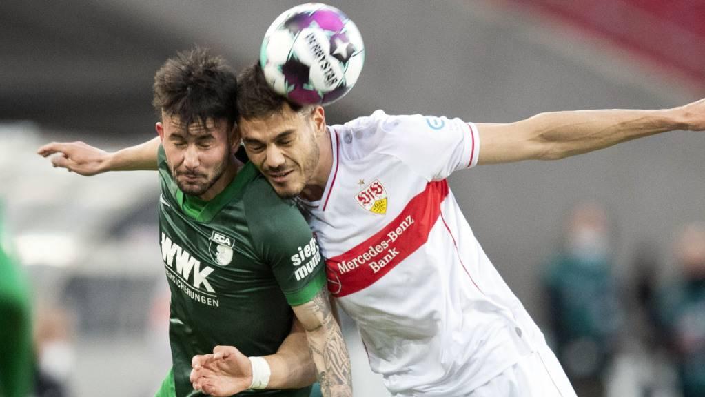 Augsburgs Marco Richter (links) hat im Kopfballduell mit Konstantinos Mavropanos einen schweren Stand.