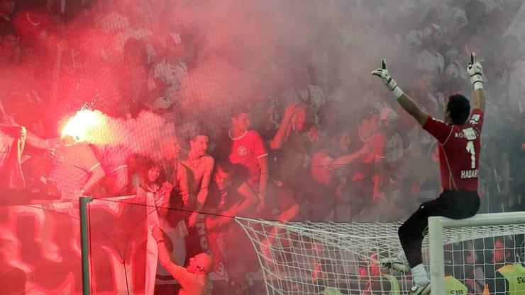 FC Sion Goalie Essam El-Hadary feiert mit den Fans den 3:2 Sieg über YB in der letzten Cup-Runde.