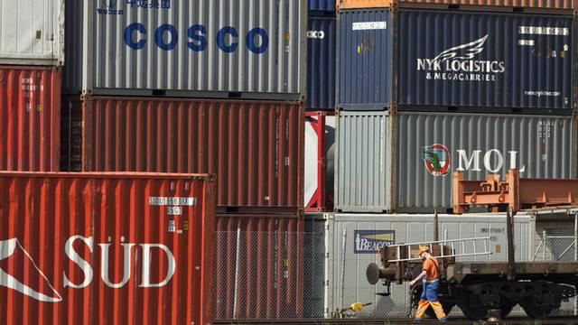 Container warten in Basel auf den Transport ins Ausland (Archiv)