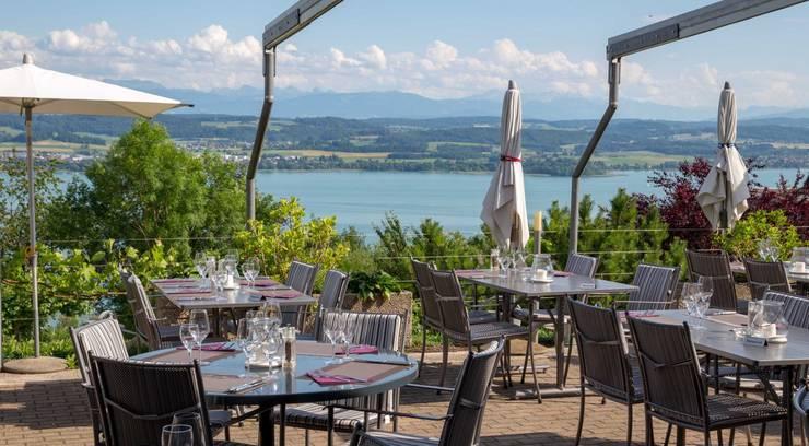 Die Sonnenterrasse des Hotels Mont Vully in Lugnorre lädt zum Verweilen ein.