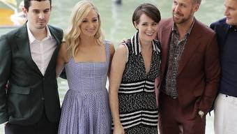 """Sie haben die grosse Ehre, die 75. Filmfestspiele in Venedig zu eröffnen: Regisseur Damien Chazelle und seine """"First Man""""-Schauspieler Olivia Hamilton, Claire Foy, Ryan Gosling und Jason Clarke (von links)."""