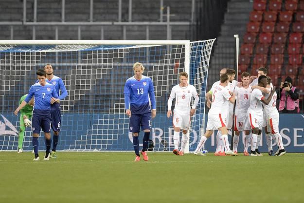 Die Schweizer freuen sich über das 1:1.