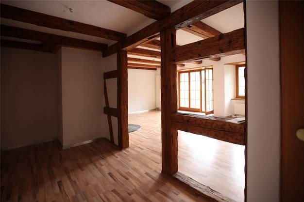 Ein Wohnzimmer mit Zugang zum Balkon.