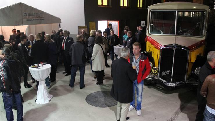 Zahlreiche Gäste finden sich zur Einweihungsfeier beim Busdepot ein