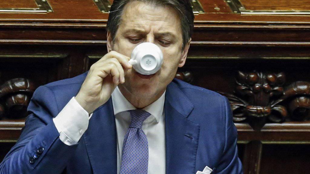 Endlich Zeit für einen Caffè. Der italienische Regierungschef Giuseppe Conte kann sich nach gewonnener Budget-Schlacht im Parlament zurücklehnen.
