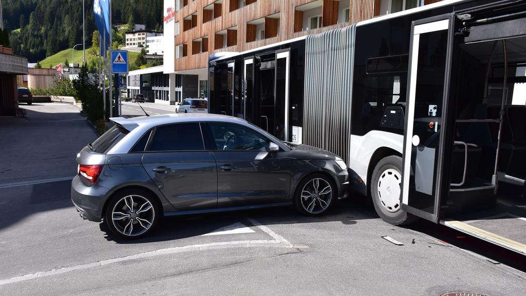 Kollision zwischen einem Auto und einem Linienbus
