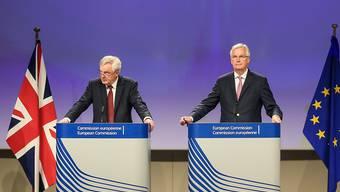 Kaum Fortschritte nach der zweiten Brexit-Verhandlungsrunde: Vom britischen Brexit-Ministers Davis Davis (links) hat EU-Chefunterhändler Michel Barnier am Donnerstag in Brüssel eine Klärung aller wichtiger Positionen bis Ende August gefordert.