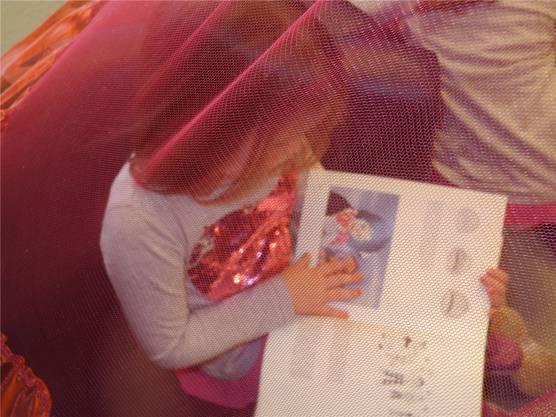 Belina (5) ist ins Buch versunken.