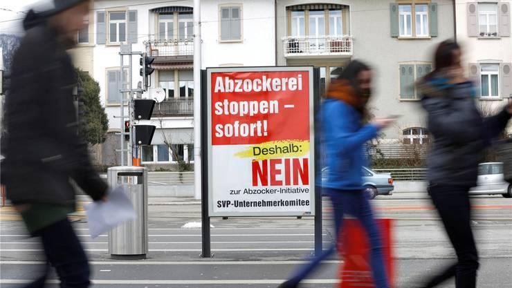 Plakat der Initiativgegner auf dem Solothurner Bahnhofplatz. Hanspeter Bärtschi