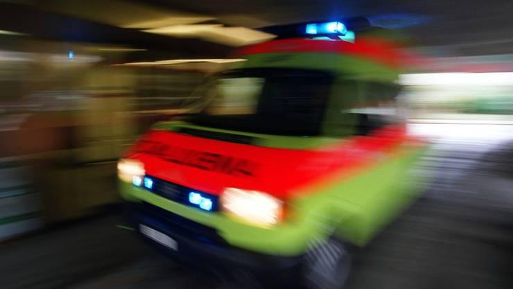 Nach dem Sturz brachte eine Ambulanz den verunfallten Mountainbiker ins Spital. (Archivbild)