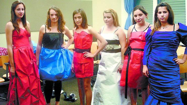 Modebewusst: Sie präsentieren Resultate aus dem Schneiderinnenatelier.