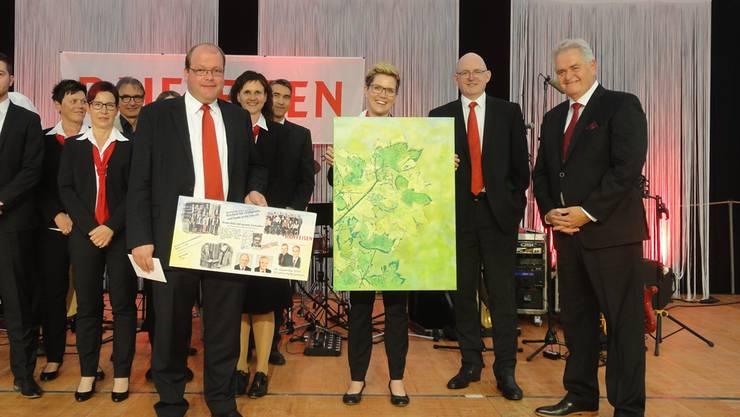 (von links) Alexander Bigler, Nadine Meister und Johann Hofer verabschieden Franz Koch (rechts), der Ende September vorzeitig in den Ruhestand tritt.