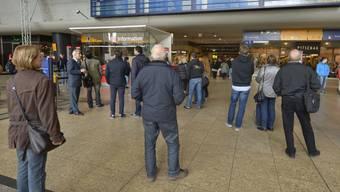 Reisende suchen im Bahnhof Köln nach einer Zugverbindung