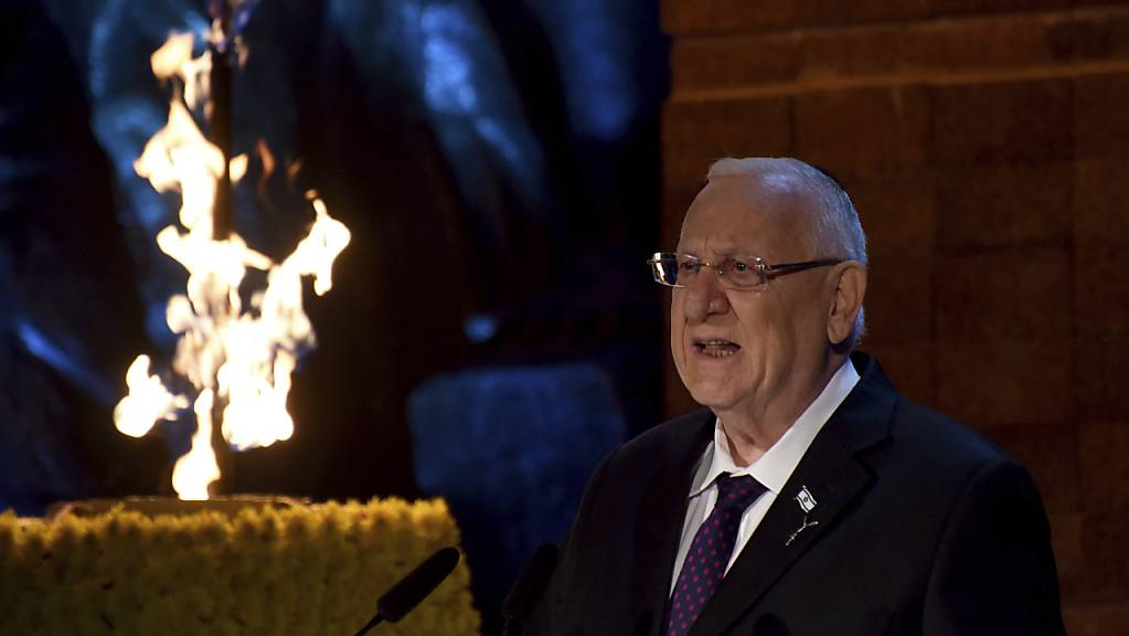 Israels Staatspräsident Reuven Rivlin spricht bei der staatlichen Eröffnungszeremonie des Gedenktags für die Märtyrer und Helden des Holocaust im Holocaust-Museum Yad Vashem. Foto: Debbie Hill/POOL UPI/AP/dpa