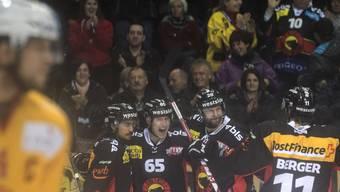 Die Spieler des SC Bern feiern einen ungefährdeten Derbysieg gegen Langnau