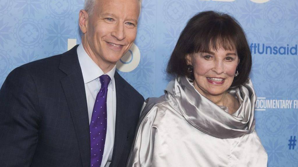 Die US-Schauspielerin, Malerin und Modedesignerin Gloria Vanderbilt, hier zusammen mit ihrem Sohn und CNN-Moderator Anderson Cooper, ist Mitte Juni 2019 im Alter von 95 Jahren gestorben. (Archiv)