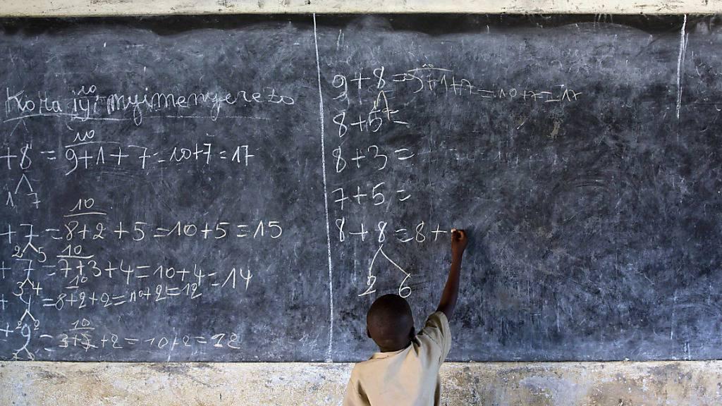 ARCHIV - In einer Schule in Rumonge, im Süden von Burundi, löst ein Junge Mathematikaufgaben an der Tafel. Seit fast einem Jahr sind nach Angaben von Unicef mehr als 168 Millionen Kinder weltweit wegen Maßnahmen gegen die Corona-Pandemie vom Schulunterricht ausgeschlossen. Foto: Thomas Schulze/dpa-Zentralbild/dpa