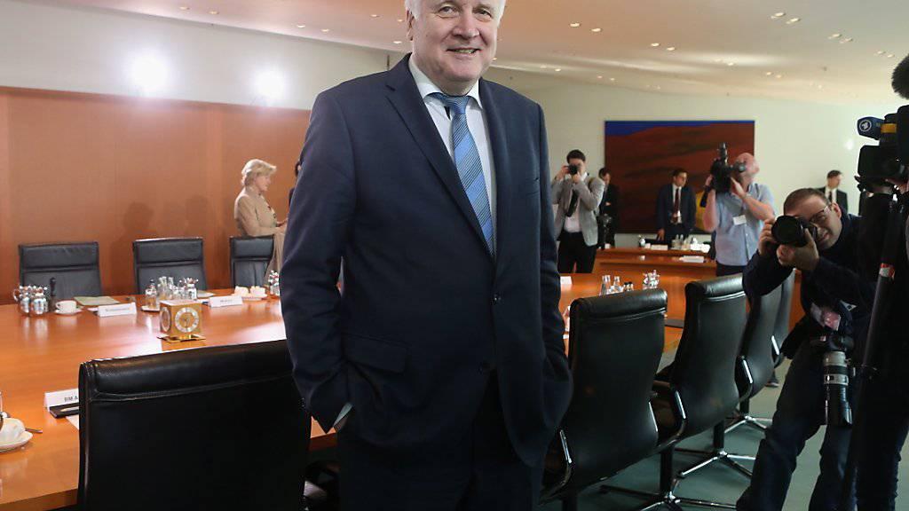 Der deutsche Innenminister Horst Seehofer (CSU) am Mittwoch beim Eintreffen zur Kabinettssitzung - das Kabinett billigte sein «Geordnete-Rückkehr-Gesetz».
