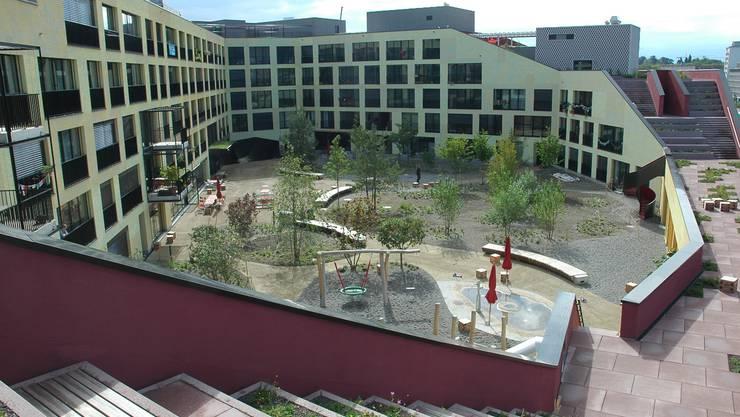 Der neuste Genossenschaftsbau in der Stadt Zürich: Die Überbauung Kalkbreite, deren Innenhof als Quartiertreffpunkt öffentlich zugänglich ist. Die Siedlung dient als Beispiel.