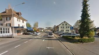 Vor dieser Kreuzung in Lenzburg kam es zum Unfall. Der Töff-Fahrer fuhr auf der Einspurstrecke links, als er vom Lieferwagen, der vom Parkplatz rechts in die entgegengesetzte Richtung weiterfahren wollte, abgeschossen wurde.