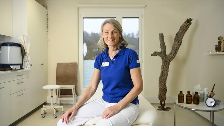 Rita Nussbaumer fühlt sich mit ihrer Praxis Meridiana wohl im Gesundheitszentrum. Von da hat sie einen tollen Ausblick auf den Bruggerberg.