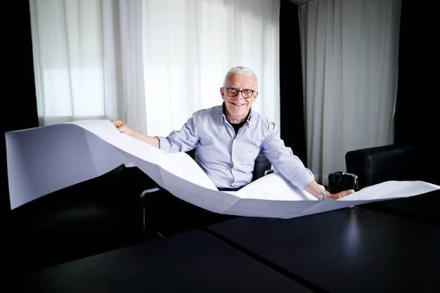 Hans-Peter Strebel, Verwaltungsratspräsident des EVZ, mit den Bauplänen für sein Projekt «OYM», das Spitzensportzentrum in Cham für 100 Millionen Franken.