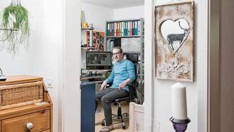 Claude Veuve in seinem «Büro», das er sich zu Hause eingerichtet hat.