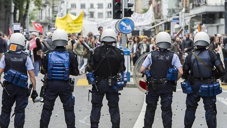 Polizei in Basel löst Menschenmenge vor besetzer Liegenschaft auf (Archiv).