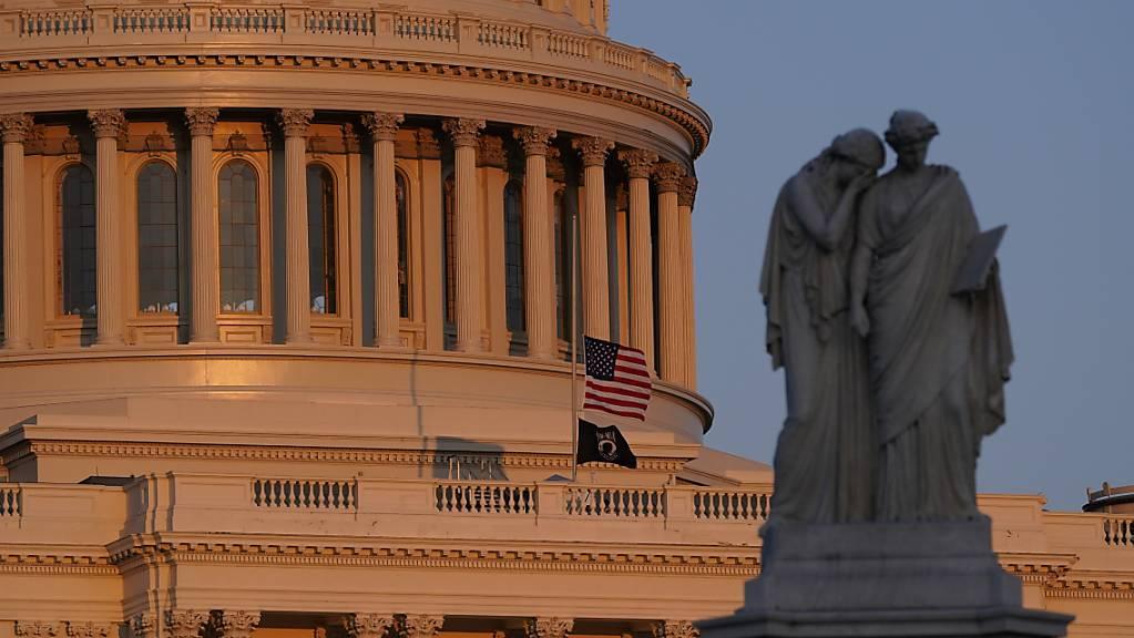 Die amerikanische Flagge weht am Kapitol auf halbmast, nachdem ein Angreifer an einem Zugang zum Sitz des US-Kongresses mit einem Auto in zwei Polizisten gefahren ist. Foto: Alex Brandon/AP/dpa