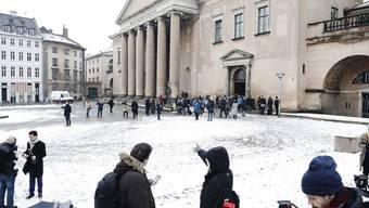 Medienvertreter vor dem Gerichtsgebäude in Kopenhagen, wo der Prozess gegen den exzentrischen dänischen U-Boot-Bauer und Erfinder Peter Madsen stattfindet, der die junge schwedische Journalistin Kim Wall an Bord seines Bootes gefoltert und getötet haben soll.