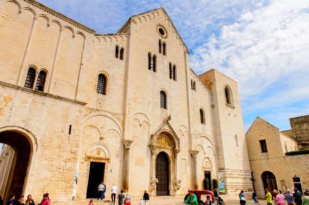 In dieser Kirche ruht der Heilige Nikolaus: Die Basilika San Nicola wurde extra für ihn respektive für seine Reliquien errichtet.