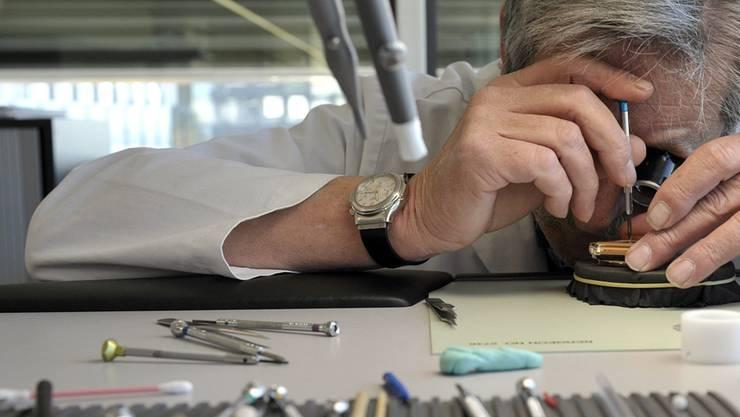 Die Uhrenmarke Hublot hat Erfolg, weil das Management gezielt auch ältere Uhrmacher – sogar im AHV-Alter – ins Team einbaut, die ihre Erfahrung weitergeben. Keystone
