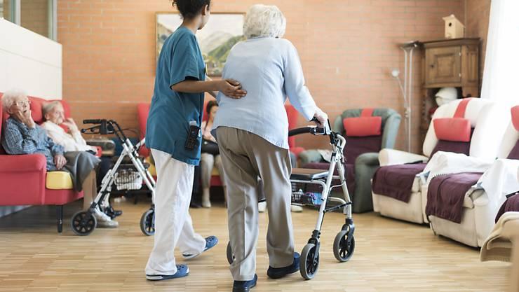 Der Gang liefert wichtige Anhaltspunkte zur Gesundheit einer Person. Ein Projekt will das Gehen daher exakter vermessen, vor allem bei Älteren. (Archivbild)